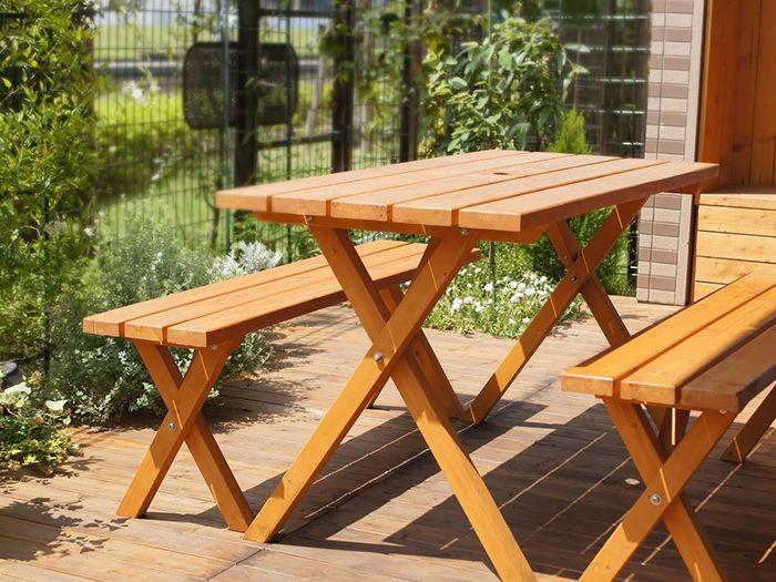 庭の中のベンチと机
