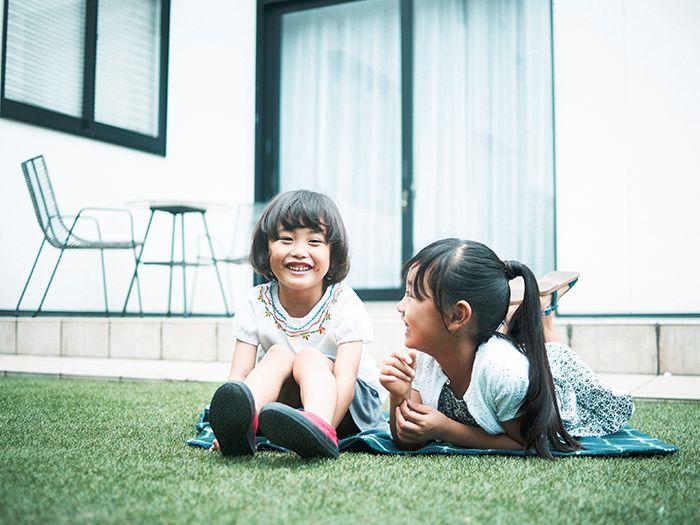 庭で遊ぶ2人姉妹