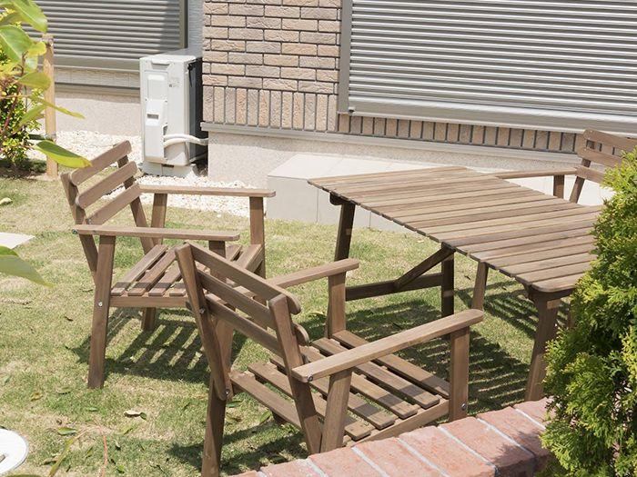庭のウッドチェアと机