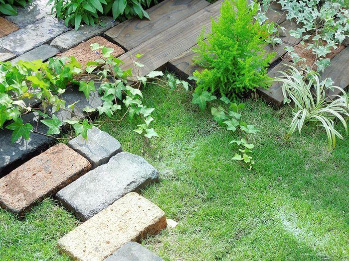 芝生とレンガ