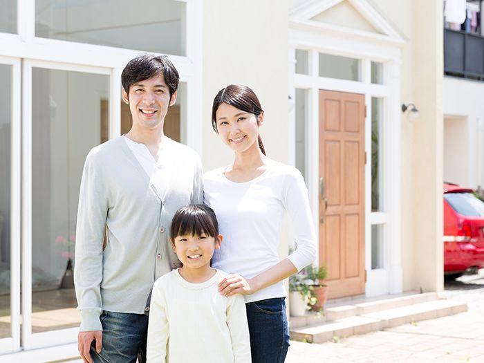 家の前の3人家族
