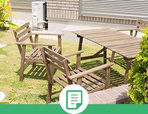 庭に置いてある机と椅子