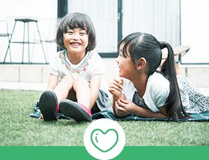 芝生の上で遊ぶ姉妹